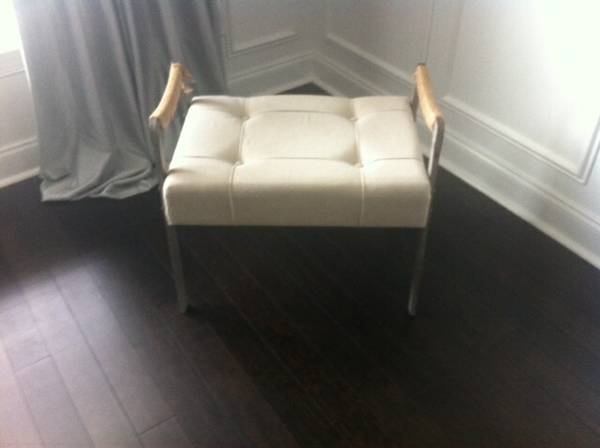 Off White Tufted Ottoman      $50     View on Craigslist