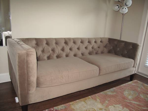 Velvet Tufted Sofa     $600     View on Craigslist