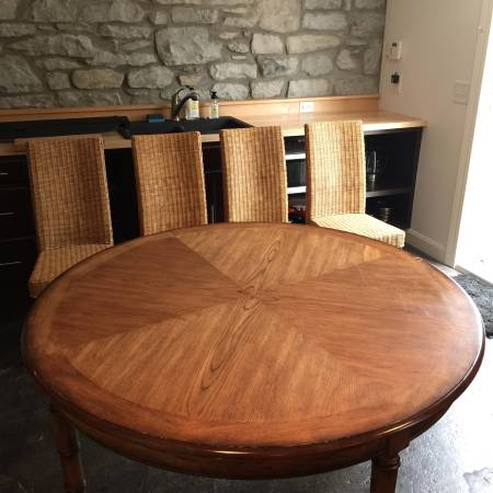 Round Dining Table     $100     View on Craigslist