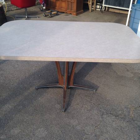 Vintage Formica Table     $75   This table has a great modern look - I love the base.    View on Craigslist