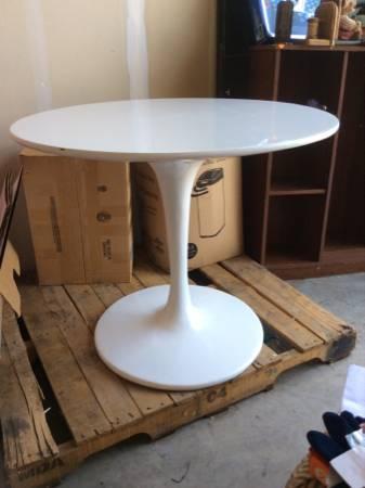 Tulip Dining Table     $250     View on Craigslist