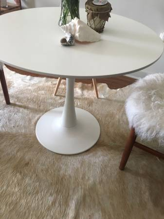 White Tulip Table     $60     View on Craigslist