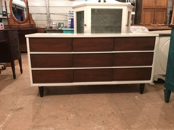 Mid-Century Modern Dresser     $135     View on Craigslist