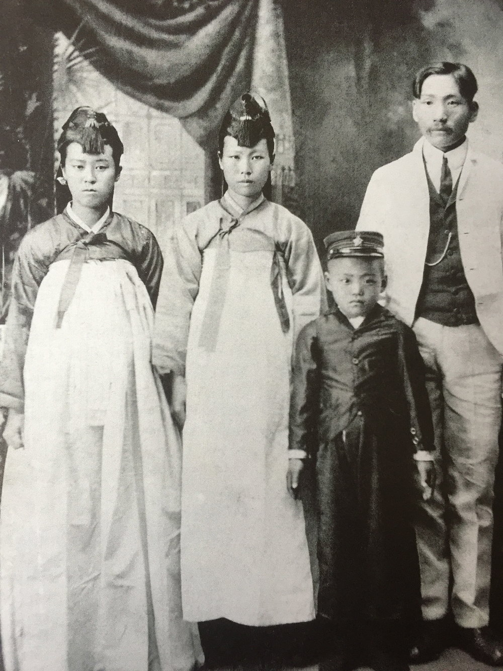(Back right to left) Reverend Yee Chai Kim, wife, sister-in-law, brother Chan Jay Kim in 1903. Paul Pyong Yong Min Collection