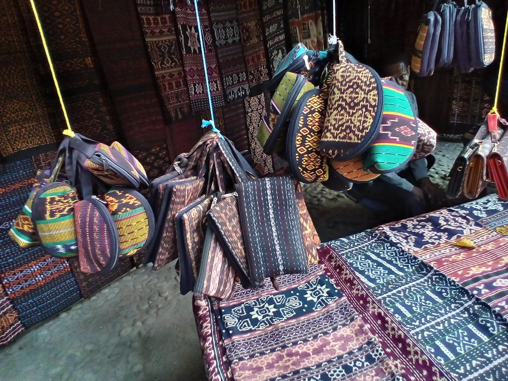 Purses made from traditionally handwoven fabrics - UniBRIDGE