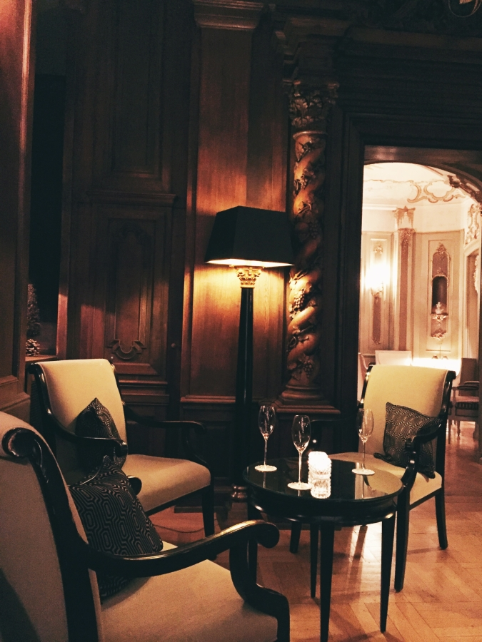 One of the many inviting places to have a drink in the bar and lounge at the hotel.