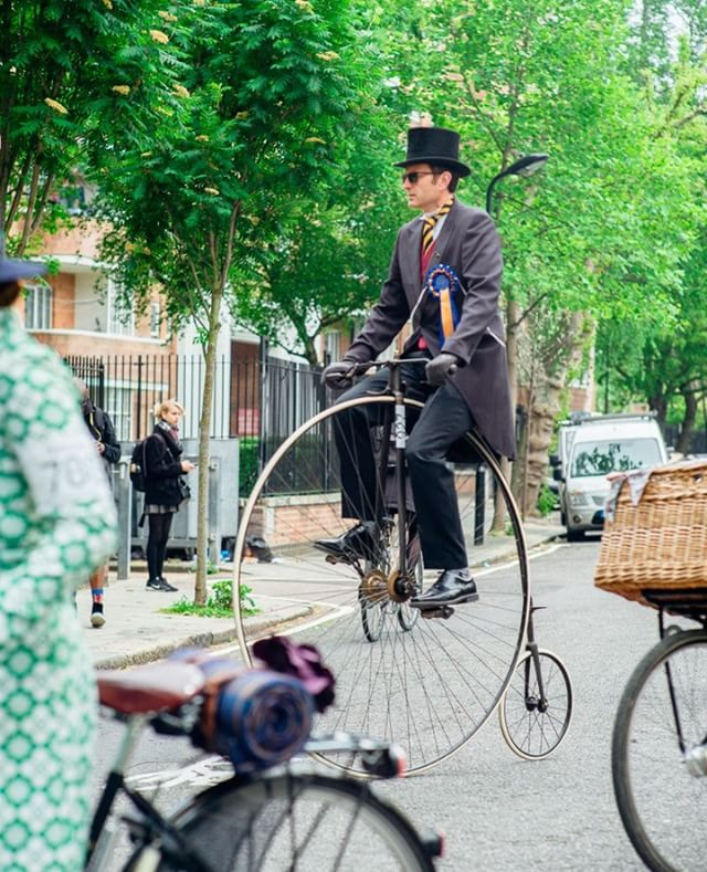 Hands up... higher! No, HIGHER... if you're coming to the Tweed Run 2018 on your Penny Farthing. .⠀ .⠀ .⠀ .⠀ #tweedrun #tweedrunlondon Photo @hanson_leatherby_photography  #vintagestyle #truevintage #vintageglamour #vintagebicycle #tweed #dapper #tweedjacket #clerkenwell #bourneandhollingsworth #cyclechic #london #pennyfarthing