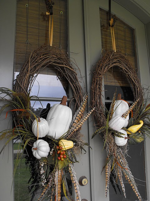 fall-porch-decoration-idea-wig-wreaths-pumpkins-feathers