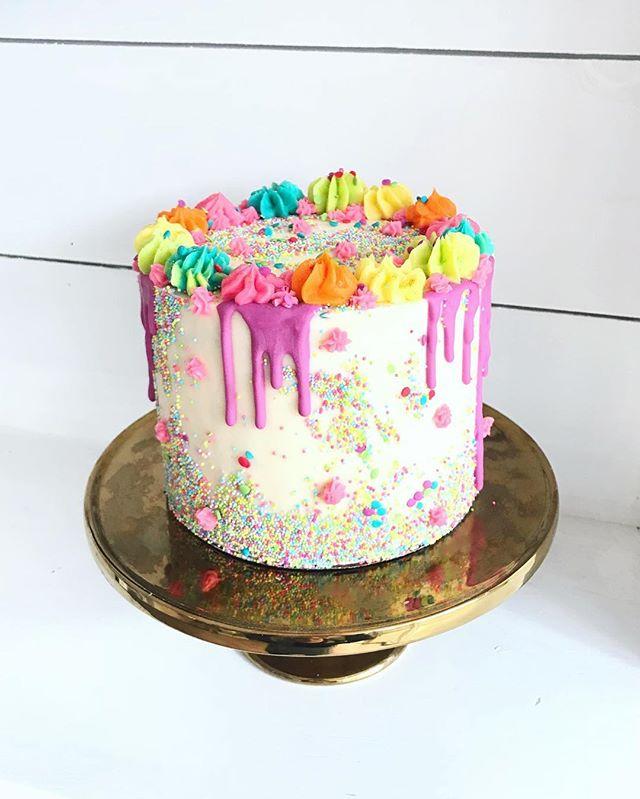 ❤️💛💜💙💚🌈 . . . #blusharrowcakes #customcakes #rainbowcakes #rainbow #🌈