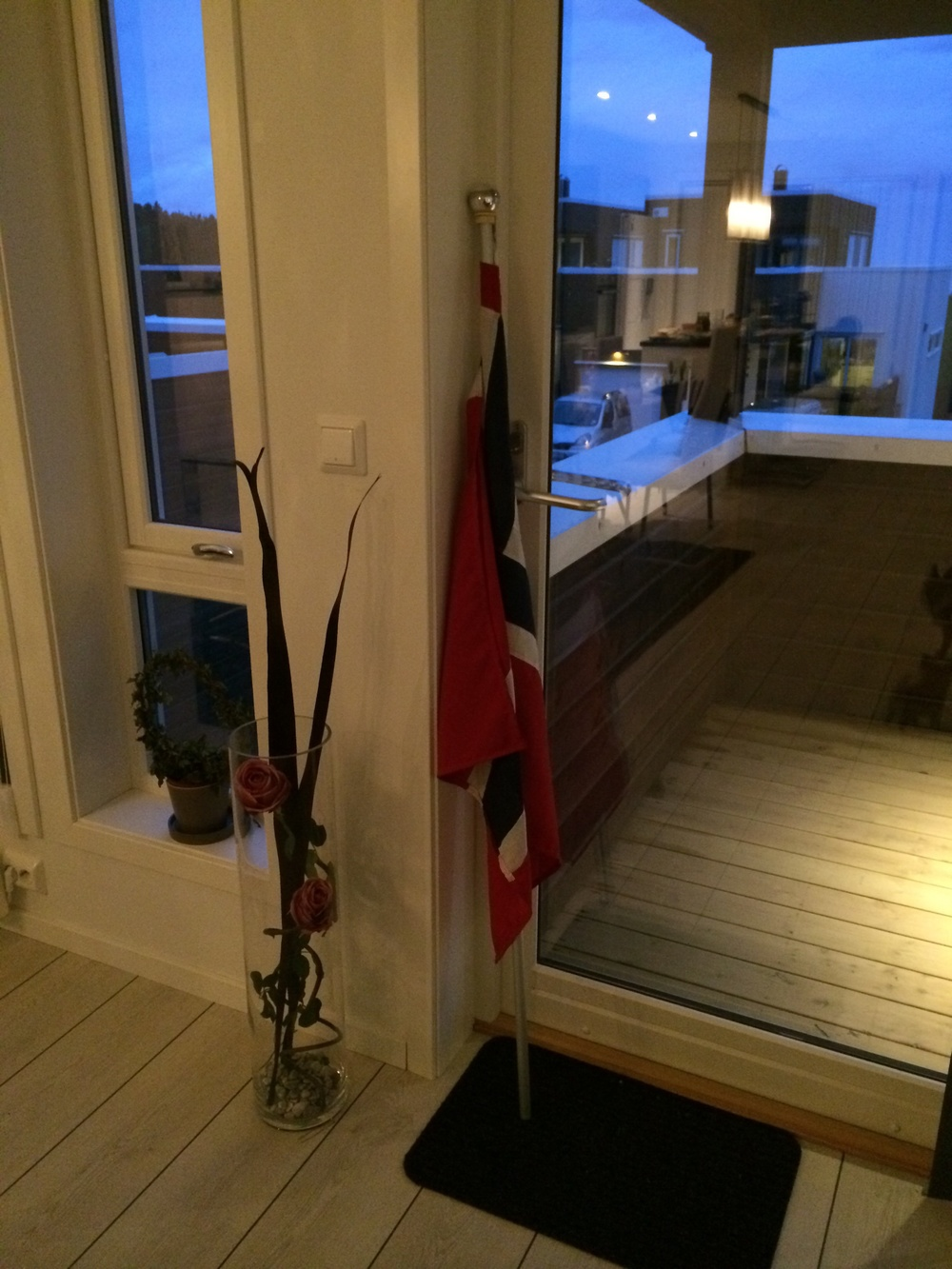Og tilslutt; flagget er tatt frem og klart til å henges ut i morgentidlig;)