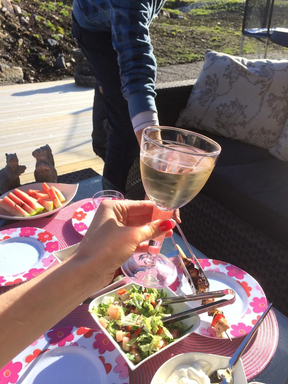 Med vin i glasset, og venner på besøk blir man ikke lite kreative, så den kommende helgen er allerede planlagt… Gøy, gøy!