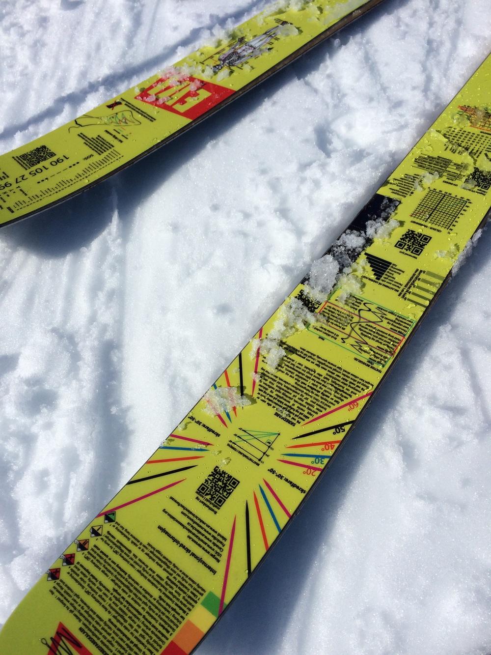 Sjekk disse skia her. Geniale spør du meg. Istedenfor å ha et design som ikke gir noe mening er det skrevet opp bare matnyttig info om generelle ting og farer som kan oppstå i fjellet.