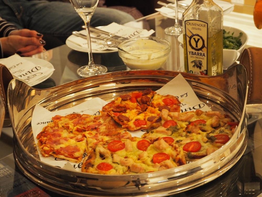 Vi lagde tre forskjellige typer, som totalt ble ni mini-pizzaer. Tre stk mozarella, tre med kylling, pesto og tomat, og tre med Chorizo og tomat. Her er det viktig med små stykker slik at man får smakt på alle før magesekken takker for seg.