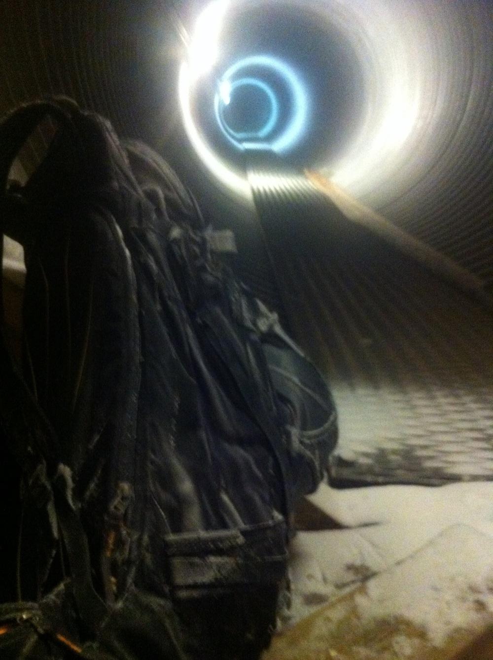 Og dette er inne i hytta. Veldig spesiell hytte. (a) uten å vite for sikkert så tror jeg dette røret fører til grunnmuren av den store anntennen (som Reinsfjellet er kjent for) for vedlikehold mm. Med første øyekast trodde jeg at hodet mitt var blitt så kaldt at jeg lagde fantasier og hallusinerte!