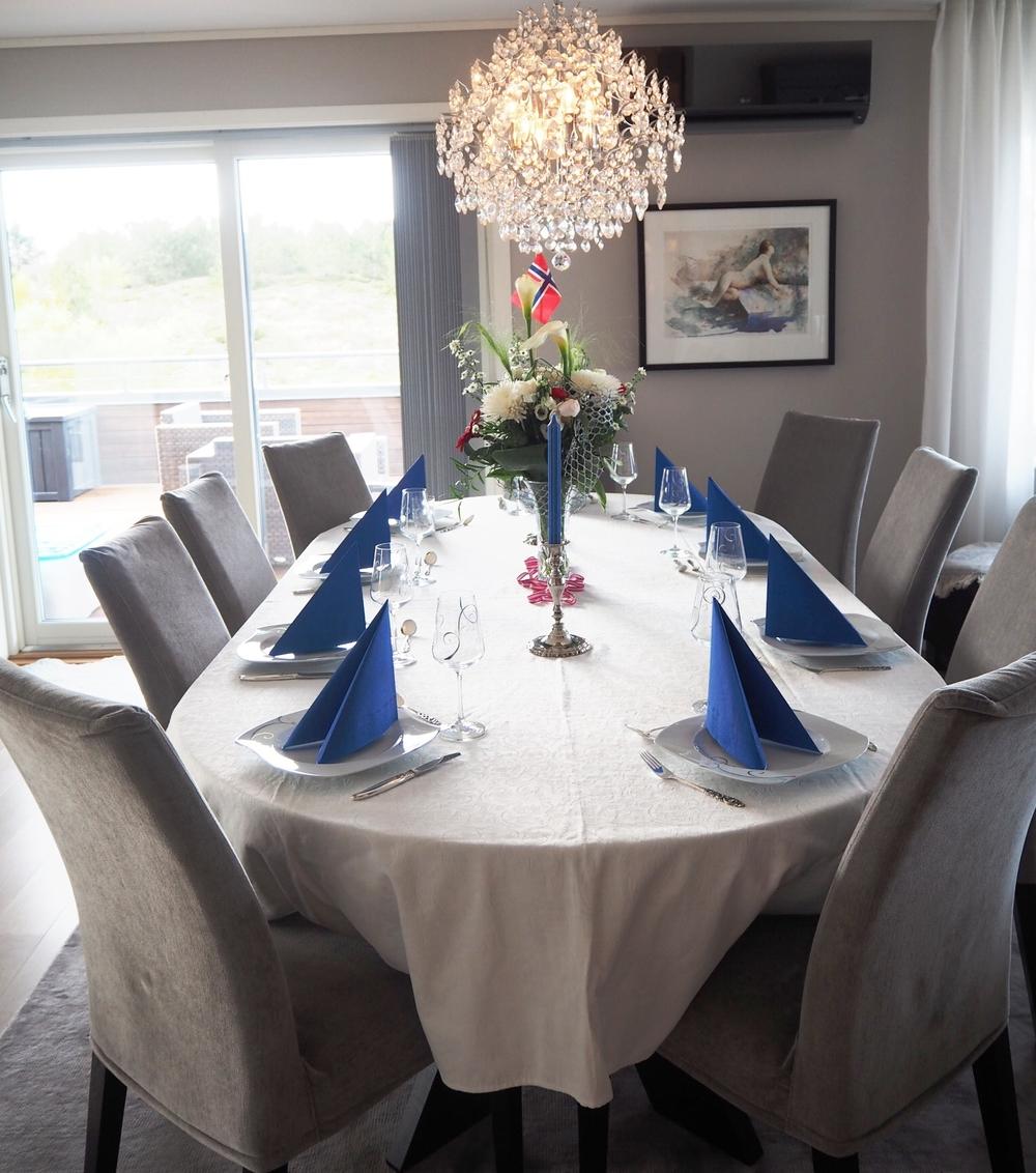 Mamma hadde pyntet bordet så fint, klart til å feire lillebrors 21 års-dag