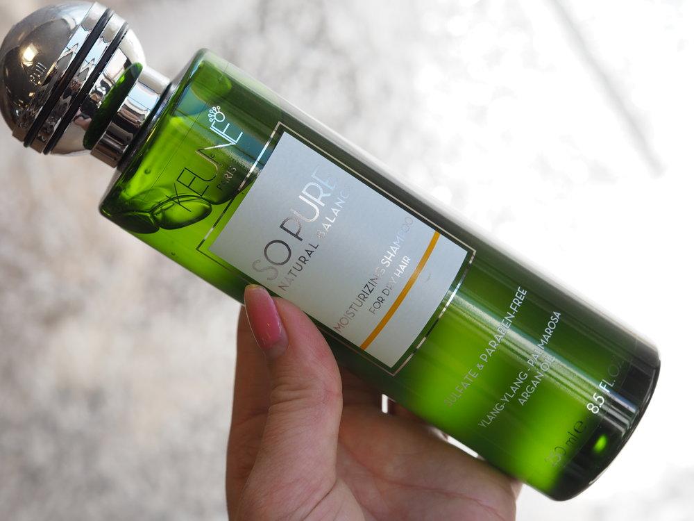 Shampooen inneholder Olivenolje og Sheabutter som vedlikeholder den naturlige fuktigheten og glansen i håret. Den er selvfølgelig fri for sulfater og parabener.