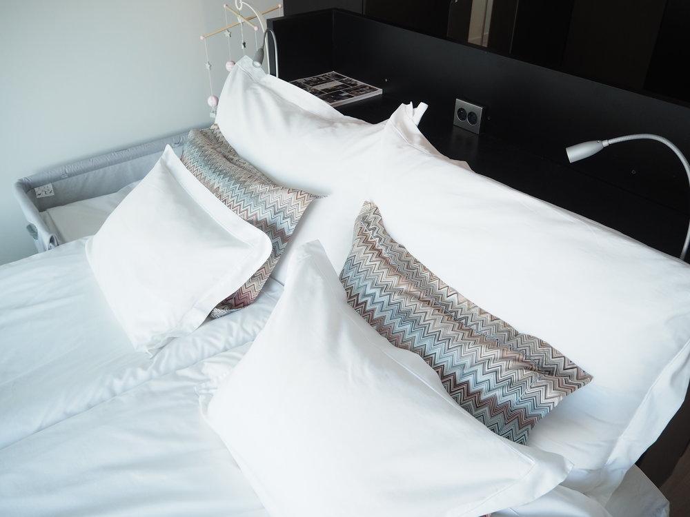 Sengegavlen er det Fredrik som har laget. Han brukte to Ikeakommoder som base og utformet selve gavlen/nattbordshyllen med hobbyplater som ha la inn strøm i, slik at vi fikk lys og stikkontakt.