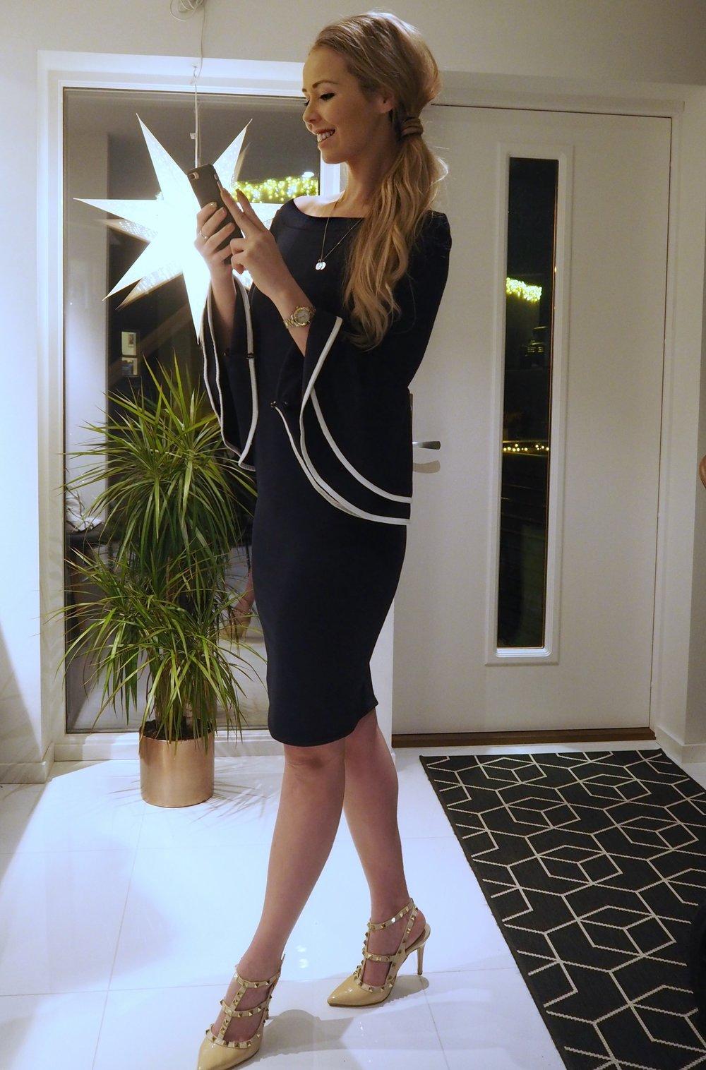 kjole med volangermer og sko fra Valentino Rockstuds