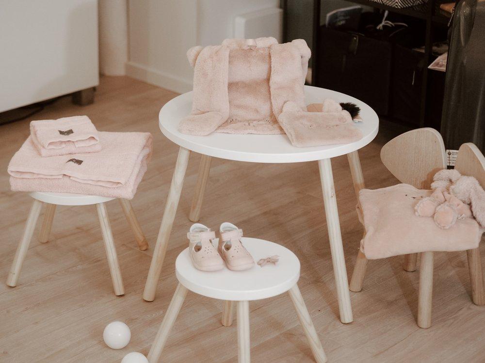 barnemøbler. Spisebord og krakker. Stol fra Nofred Mouse. Sandaler Kivat, hånduk Gant