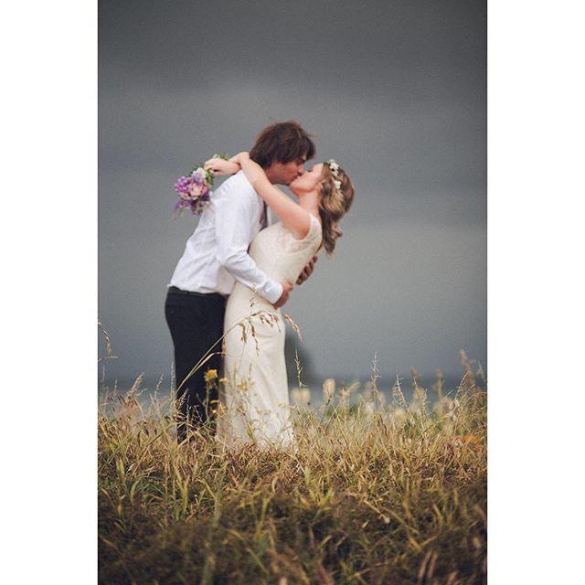 Love the setting of this New Zealand #wedding and the lovely #bride donning the Isobel #weddingdress 🌾 #boho #bohobride
