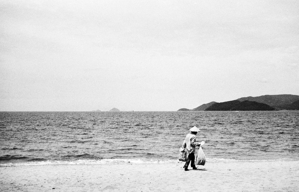 vietnam_nhatrang_beach_walking.jpg