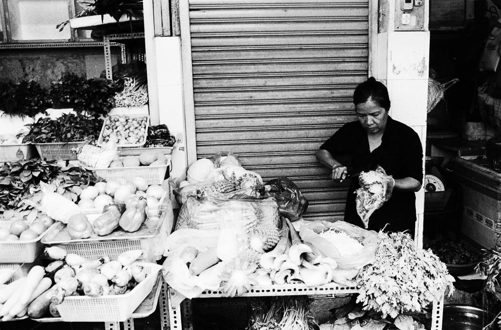 vietnam_nhatrang_vendor_cutting_vegetables.jpg