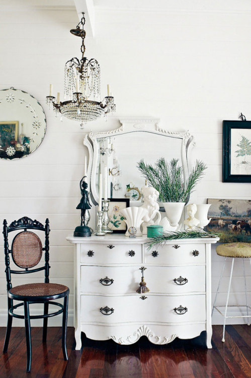 DÉCOR - Two Lovely Black + White Rooms