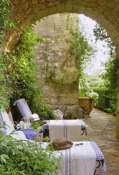 b3d319cf1be9329c0a9c29d1eed52a08--home-decor-french-country-french-country-garden.jpg