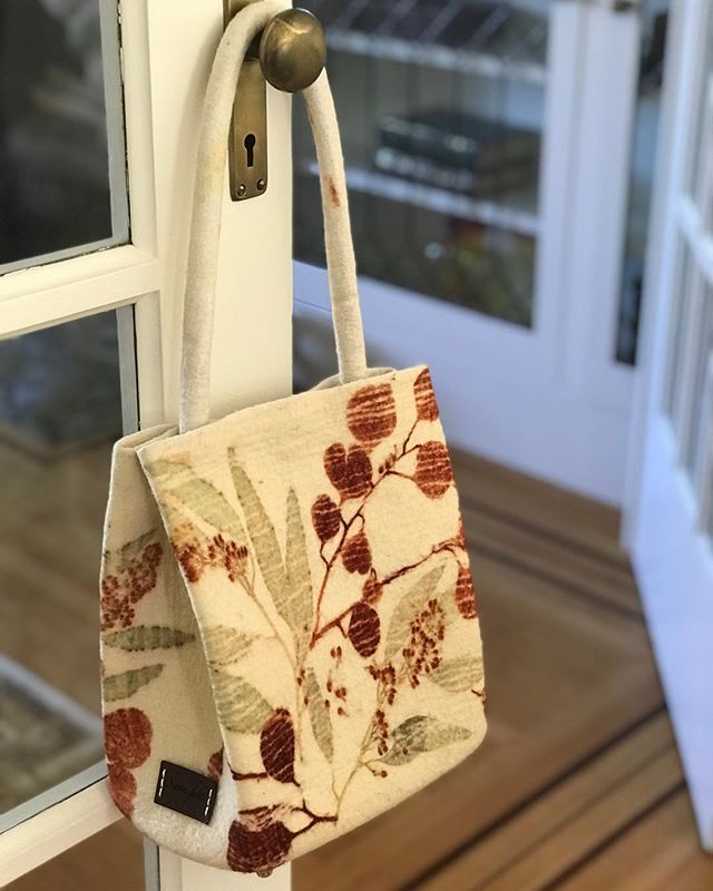 Back in the studio and still making handbags, here is my first felted, eco printed handbag. Hope you like it😊#sustainabledesign #curatedstyle #sustainableluxury #ecoluxury #ecofashion #contemporarytextiles #fiberartist #plantdye #naturalfibers #handdyed #silkandwool #nunofelting #feltedwool #ecoprint #ecoprinting #ecoprinted #botanicalprint #inspiredbynature #madeinvancouver #vancouverdesigner #vancouverartist #feltdesigner