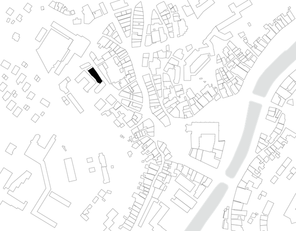 PROJET DE TRANSFORMATION D'UN INTERNAT DU XVIII° SIÈCLE EN LOGEMENTS    Lieu  Tulle 19000, France  Date  2006 2008  Mission  Mission complète Base + OPC  Equipe projet  FMAU, BETEC, CO-TECH, CO-PILOT  Programme  12 logements Malraux  Surface  1270 m2 SHON  Maîtrise d'ouvrage  SOREPS  Crédits Photographiques  © FMAU     Comment répondre à un programme standard par un projet sur-mesure ?   Concevoir un projet d'habitat collectif sans connaître ses habitants est toujours un exercice délicat. L'immeuble est un ancien collège catholique, avec une chapelle, un internat, une cuisine et une grande salle à manger. Il a été vendu par l'institution religieuse à un promoteur pour convertir le lieu en programme de défiscalisation. Les propriétaires sont donc des entités abstraites (12 avocats), dont le principal objectif est la réduction d'impôts, tout en se constituant un patrimoine immobilier. C'est cet aspect spectral du projet qui lui a valu le nom d' Esprit Blanc .  Nous profitons de cette absence de données humaines pour dessiner des appartements uniques, inattendus, presque sans hiérarchie, mais en leur inventant des habitants. La structure du bâtiment existant est détruite parce que trop vétuste pour être réhabilitée. Seules les façades sont sauvées. Une nouvelle ossature en bois de 4 étages est reconstruite en intérieur pour solidifier les façades.  Les plateaux vides sont librement réorganisés, proposant un nouveau mode de vie, non conventionnel, à l'image des vieux appartements médiévaux. Face à l'offre uniforme du marché immobilier local, les appartements ainsi dessinés proposent une diversité d'espace, d'appropriation et d'imaginaire possibles. Chacun d'eux possède plusieurs recoins polyvalents, permettant aux futurs habitants de les adapter en fonction de leur quotidien : pièce pour repasser le linge, faire les exercices des enfants, installer l'ordinateur familial, ou encore salle de jeux improvisée.