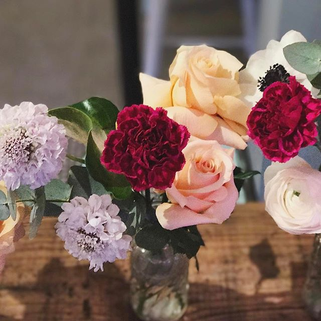 Happy Valentine's Day, friends! I partnered up with @babyskipsbk to offer fancy bud vase arrangements for only $25 - it's a perfect addition to that sweet card you got for your babe or a great way to greet them when picking them up for dinner tonight. Only a few left! Come get it ❤ #hellodarlington #darlingtonflowers
