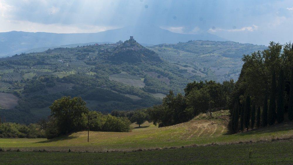 Francigena Rocca vista da Vignoni.jpg