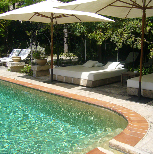 gemuetliche-daybeds-am-pool-finca-hotel-refugio-son-pons-mallorca