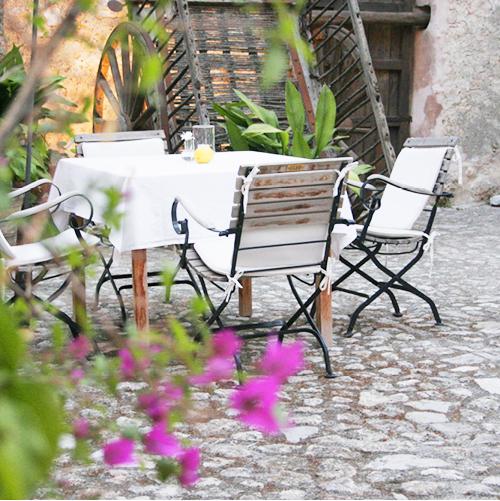 sitzgruppe-im-patio-finca-hotel-refugio-son-pons-mallorca