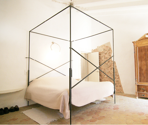 großes-doppelbett-sala-anfora-finca-hotel-refugio-son-pons-mallorca