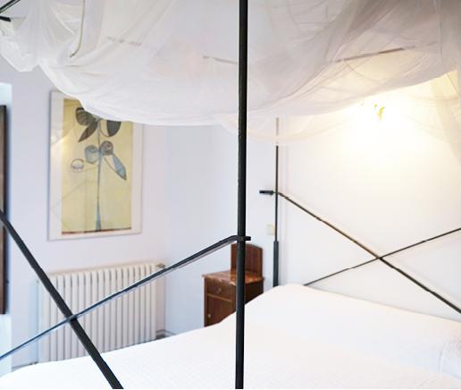 großes-doppelbett-sala-terraza-finca-hotel-refugio-son-pons-mallorca