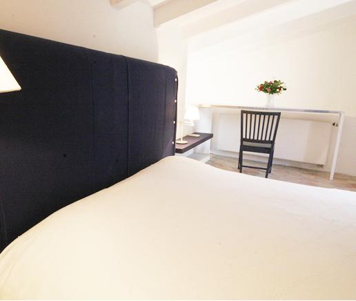 großes-doppelbett-suite-patio-finca-hotel-refugio-son-pons-mallorca