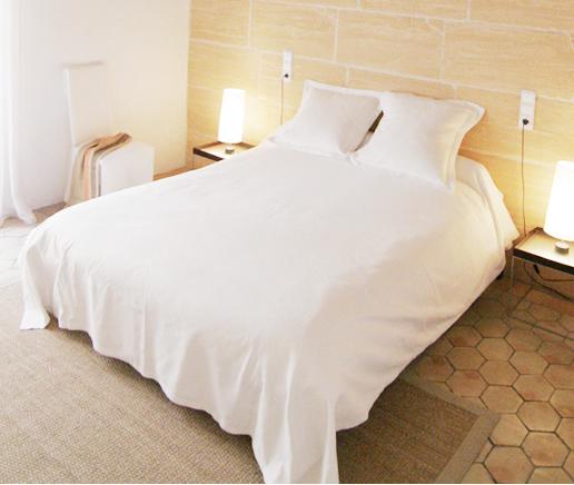 großes-doppelbett-sala-arte-finca-hotel-refugio-son-pons-mallorca