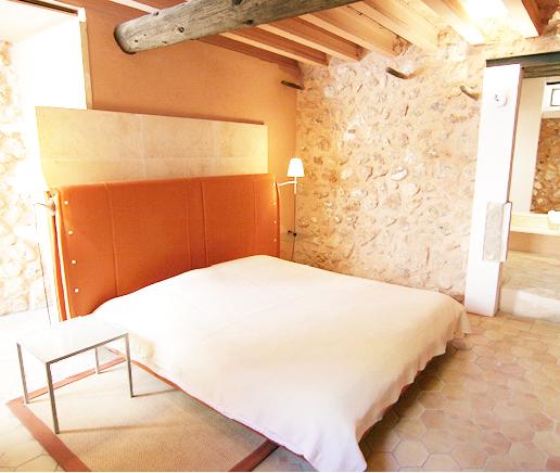 großes-doppelbett-suite-principal-finca-hotel-refugio-son-pons-mallorca