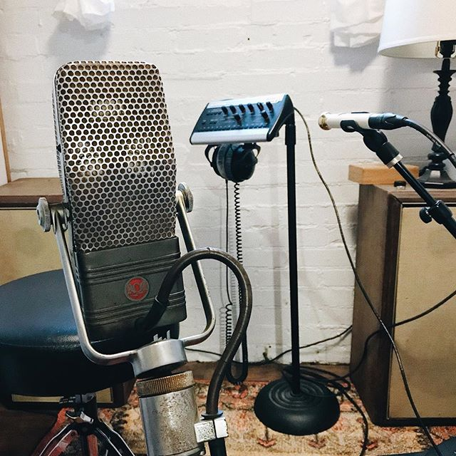 What a cool combo for yesterday's session. Nylon string guitar with the RCA 44 for the vibe and low end, then the @soyuzmicrophones on the neck for added clarity. Sounded so perfect! Left the mics up and recorded some steel this morning while the settings were perfect. . . . #recordingstudio #vintagemic #rca #soyuzmicrophones #gearporn #musicgear #tinytaperoom #musicproducer #vsco