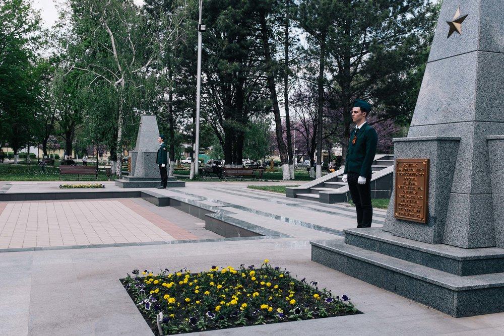 Les jeunes Russes sont fiers de pouvoir se tenir devant les monuments à la gloire des héros de la guerre et des victoires passées.