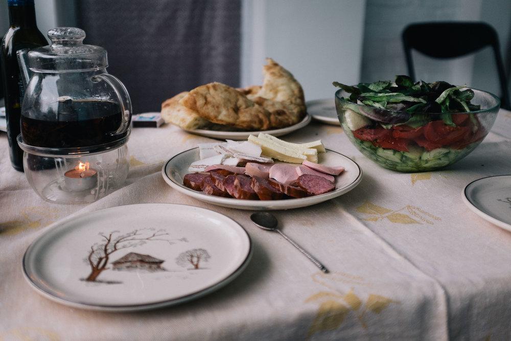 Le repas est un moment où l'on partage et transmets les traditions et les valeurs. Il ne faut jamais que la table soit vide, garnie de plats familiaux typiques, parfois accompagnés de vodka les jours de fête.