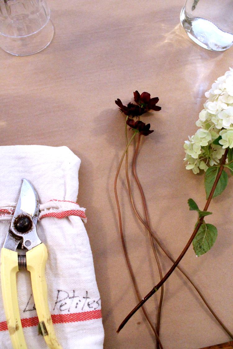 Atelier d'un soir de création florale donné par mes amies Les Petites Excuses. Une belle fin de journée de fiiiilles à trouver les cosmos émouvants en mangeant les minis choux à la crème de Chez Rhubarbe. Beaucoup de belles et bonnes choses sous un même toit..