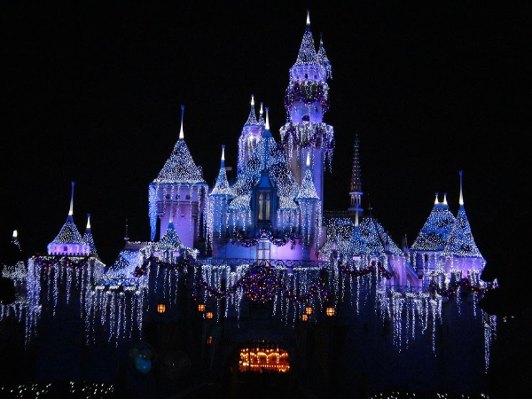 Disneyland during the holidays is so magical! Great tips on the best time to go! #Disneyland #FamilyTravel
