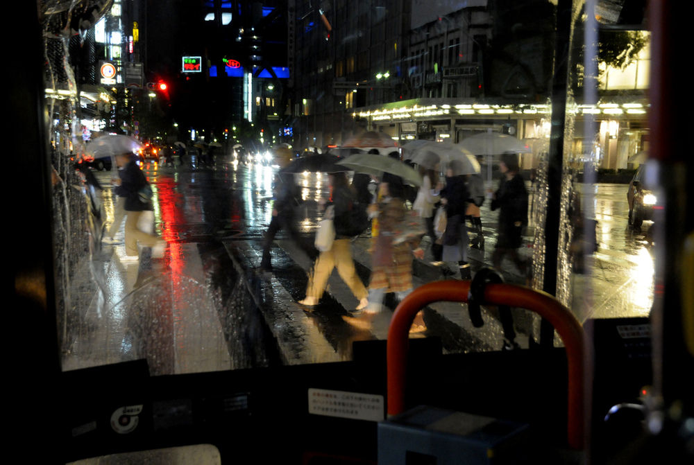 People crossing Kawaramachi-dori on a rainy night