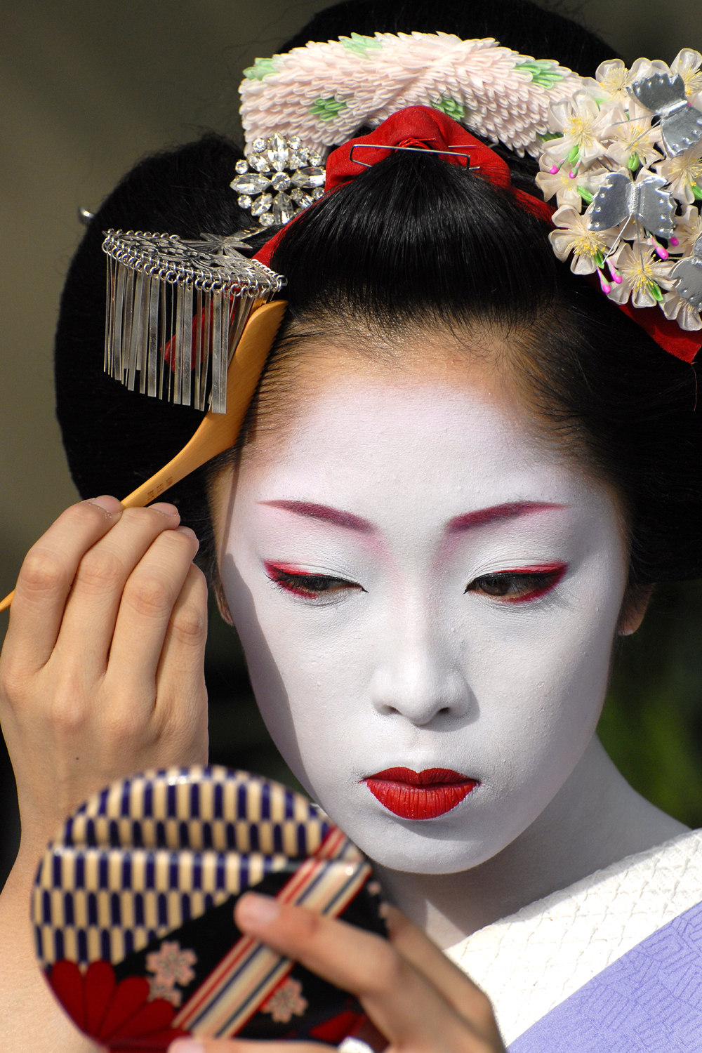 Maiko checking her hair