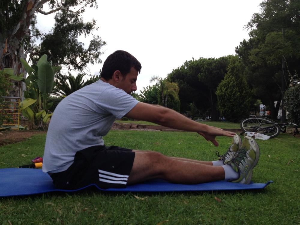 Evaluación   articular coxo-femoral   inicial : donde no se consigue la extensión de las piernas, se observa acortamiento de los isquiotiviales, un mal apoyo de los isquiones en el suelo y curvatura de la espalda tensa.