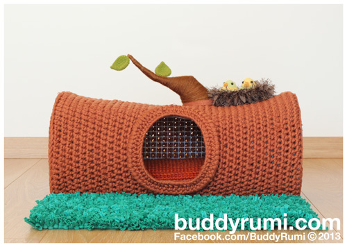 Amigurumi crochet cat house in the shape of a tree trunk with two little birds for neighbours!  #buddyrumi #crochet #amigurumi #crochetpattern #cathouse #catbed #amigurumipattern #crochetcatbed #crochetcatcave #chunkycrochet #tshirtyarn #petbed #crcohetcatproject #pethouse #crochetcatnest