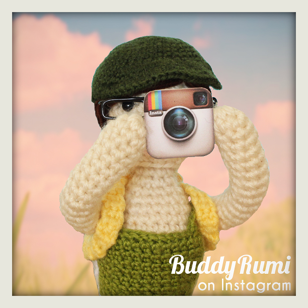 Mini Me is taking some photos to post on Instagram! ^^