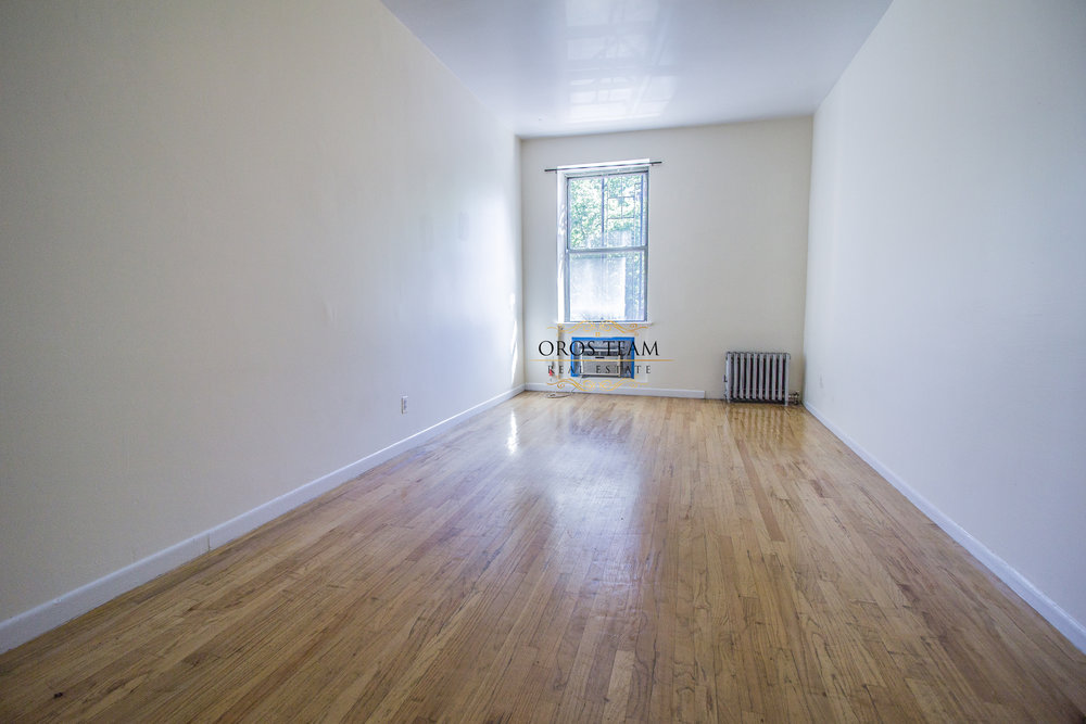 335 W 29 Street #D - Spacious Studio in Chelsea!*Gorgeous and spacious studio features great closet space, good natural light, hardwood floor throughout the apartment!Located in a well maintained building on a quiet street near the convenience stores, food markets, restaurants and steps from subway station!Rent: $2,000 /monthTerms: 12 - 12 MonthsAvailable: Immediately